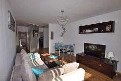 widok z innej perspektywy na salon w apartamencie w Białymstoku na sprzedaż