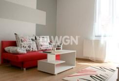 zdjęcie przedstawia nowoczesny wystrój salonu w apartamencie do wynajmu w Głogowie