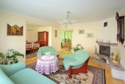 widok z innej perspektywy na salon w apartamencie w Lubinie do sprzedaży