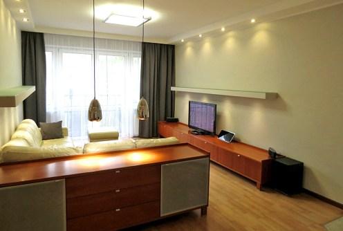 na zdjęciu luksusowy salon w apartamencie do wynajęcia we Wrocławiu