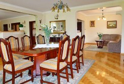 na zdjęciu jadalnia oraz fragment salonu w posiadłości na sprzedaż na Mazurach
