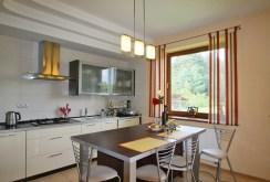 zdjęcie prezentuje wyposażoną kuchnię w posiadłości w okolicach Zduńskiej Woli do sprzedaży