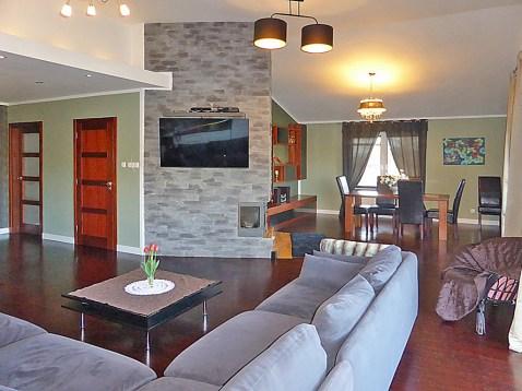 zdjęcie przedstawia salon w luksusowej willi do sprzedaży w Kwidzynie