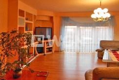 na zdjęciu widok na salon w willi w okolicach Ostrowa Wielkopolskiego na sprzedaż