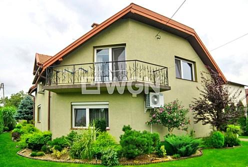 na zdjęciu widok z boku na willę do sprzedaży w okolicy Tarnowa