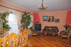 zdjęcie prezentuje salon z kominkiem w willi w okolicy Warszawy na sprzedaż