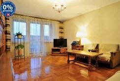widok z innej perspektywy na salon w apartamencie do sprzedaży w Sosnowcu