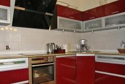 zdjęcie prezentuje ekskluzywnie umeblowaną i urządzoną kuchnię w apartamencie do sprzedaży we Wrocławiu
