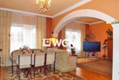 zdjęcie przedstawia salon ze sprzętem RTV w ekskluzywnej willi do sprzedaży nad morzem