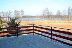 zdjęcie prezentuje widok z tarasu willi na jezioro na Mazurach