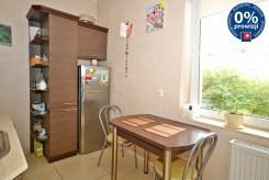 na zdjęciu stół jadalniany oraz aneks kuchenny w ekskluzywnym apartamencie do sprzedaży w Radomiu
