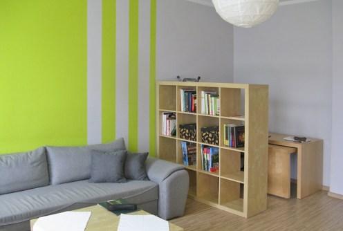 na zdjęciu fragment salonu w apartamencie do sprzedaży w Łodzi