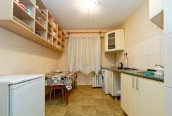 na zdjęciu ekskluzywnie wyposażona i umeblowana kuchnia w apartamencie do sprzedaży w Tarnowie