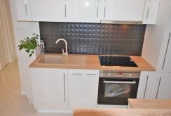 zdjęcie przedstawia ekskluzywnie wyposażony i umeblowany aneks kuchenny w apartamencie w Białymstoku na sprzedaż
