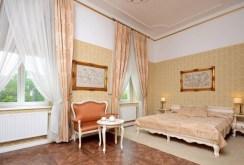 na zdjęciu jeden z ekskluzywnie wyposażonych i urządzonych pokoi w apartamencie do sprzedaży w województwie śląskim