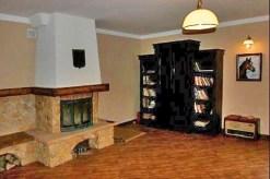 na zdjęciu zbliżenie na kominek w salonie komfortowej rezydencji do sprzedaży w Krakowie
