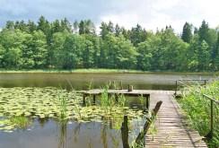 zdjęcie prezentuje pomost oraz widok na jezioro przy willi na Mazurach do sprzedaży