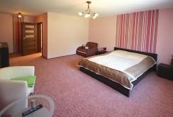 komfortowo wyposażona sypialnia w willi do sprzedaży nad morzem