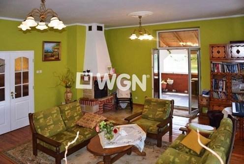 zdjęcie prezentuje salon z kominkiem w luksusowej willi nad morzem do sprzedaży