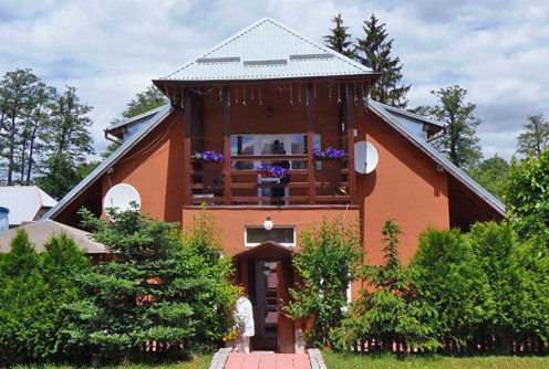 na zdjęciu wejście do luksusowej willi na sprzedaży w Kudowie-Zdroju