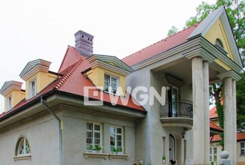 widok od frontu na luksusową willę do sprzedaży w Legnicy