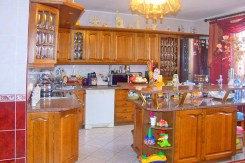 ekskluzywnie i komfortowo wykończona kuchnia w willi w ok. Legnicy na sprzedaż