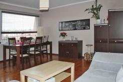 widok z innej perspektywy na salon w apartamencie do sprzedaży w Olsztynie