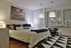 na zdjęciu komfortowa sypialnia w apartamencie do sprzedaży na Mazurach