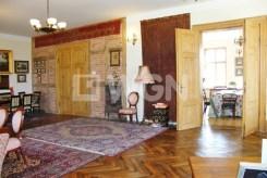 na zdjęciu fragment jednego z pokoi w luksusowym dworze do sprzedaży w Drawsku Pomorskim