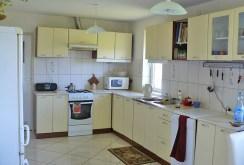 widok na komfortowo urządzoną kuchnię w dworze na sprzedaż w okolicy Suwałk