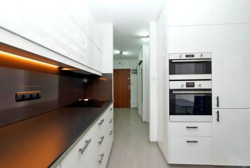 na zdjęciu ekskluzywnie wyposażona kuchnia w apartamencie do sprzedaży w Tarnowie