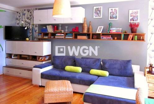na zdjęciu nowoczesny, luksusowy salon w apartamencie do sprzedaży w Legnicy