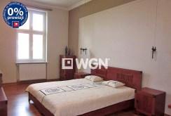 zdjęcie prezentuje ekskluzywną sypialnię w apartamencie do sprzedaży w Legnicy