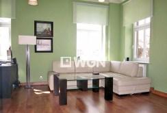 widok na inną część salonu w apartamencie w Legnicy na sprzedaż