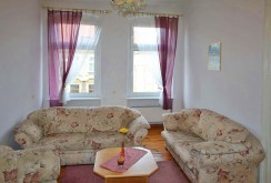 zdjęcie prezentuje inną część salonu w apartamencie na sprzedaż w Szczecinie