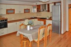 na zdjęciu komfortowo urządzona kuchnia w apartamencie do wynajęcia w okolicy Szczecina