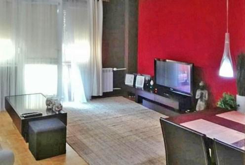 na zdjęciu luksusowy salon w apartamencie do sprzedaży w Piotrkowie Trybunalskim