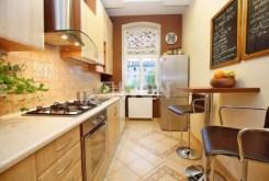 na zdjęciu komfortowo wyposażona i umeblowana kuchnia w apartamencie w Szczecinie do sprzedaży