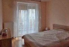 zdjęcie prezentuje sypialnię w ekskluzywnym apartamencie do sprzedaży w Szczecinie