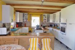 zdjęcie przedstawia komfortową kuchnię w willi do sprzedaży na Mazurach