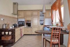 na zdjęciu luksusowo wyposażona kuchnia w willi do sprzedaży w Lubinie