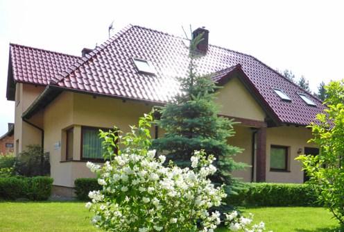 widok od strony ogrodu na luksusową willę do sprzedaży w okolicach Gdańska