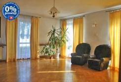 zdjęcie prezentuje salon w luksusowej willi w okolicach Warszawy na sprzedaż