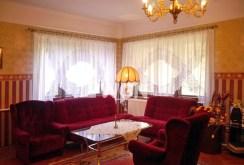 zdjęcie przedstawia ekskluzywny salon w willi do sprzedaży w okolicy Torunia