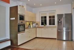 na zdjęciu ekskluzywnie umeblowana i urządzona kuchnia w luksusowej willi do sprzedaży w okolicy Warszawy