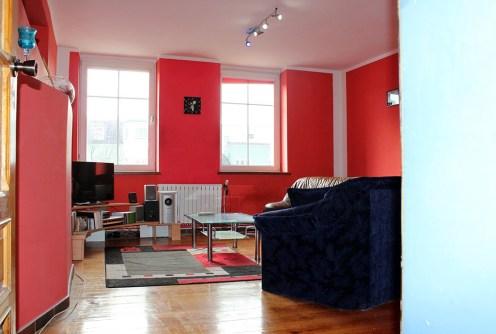 zdjęcie przedstawia salon w apartamencie do sprzedaży na Mazurach