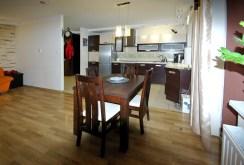 widok od strony jadalni na aneks kuchenny w apartamencie w Lubinie na sprzedaż