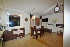 na zdjęciu salon w ekskluzywnym apartamencie w Lubinie do sprzedaży