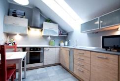 na zdjęciu komfortowa, nowoczesna kuchnia w apartamencie w Szczecinie do sprzedaży