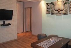 widok z innej perspektywy na salon w apartamencie w Ustroniu na sprzedaż